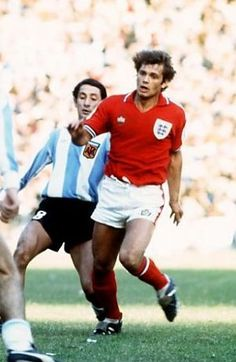 Argentina 1 England 1 in June 1977 in Buenos Aires. Osvaldo Ardiles and Ray Wilkins in action in the friendly international. Pure Football, Retro Football, World Football, Football Kits, Vintage Football, England Football Kit, England National Football Team, National Football Teams, Ray Wilkins