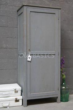 Kast 10251 (M) - Oude houten kast in een koele grijze kleur. De kast ...