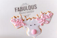 Un cerf monté sur un baton pour décorer vos tables de Noël  White Christmas Sugar Cookie  Biscuit décoré Noël Biscuits sur-mesure  http://www.fabulous-biscuits.com/fr/content/category/2-nos-biscuits-personnalises-sur-mesure #sugarcookie #christmas
