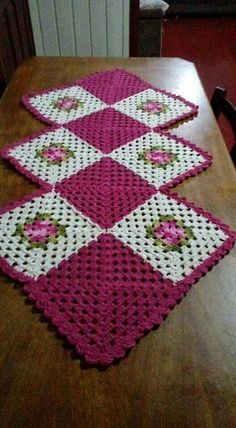 Crochet rug flower table runners Ideas for 2019 Crochet Quilt, Crochet Motif, Crochet Designs, Crochet Flowers, Crochet Doilies, Diy Crafts Crochet, Crochet Home, Crochet Gifts, Granny Square Crochet Pattern