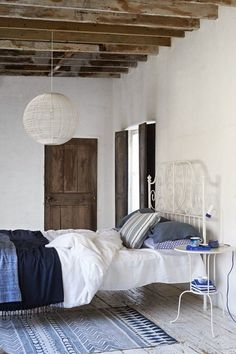 Door blauw en wit te gebruiken, oogt de kamer lekker fris. Alleen de lamp zou niet mijn keuze zijn.