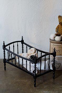 ナポレオンⅢ世時代のドールベッド-antique doll bed お二人か三人位、お人形を添い寝させてもしっくりディスプレイ出来る、また、艶のあるシックな黒塗装と均等・均一にデザインされた各コラムが洒落ていて、さもありなんドールベッド、とされなくとも、底面のスプリング代わりの麻紐が保つ程度に設えを考えるのも一興。フレームに一部割れた跡が御座いますが、修理をししっかり直しております。