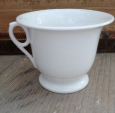 FleaingFrance Brocante Society Pure white cup from the early in beautiful condition. White Cups, Chocolate Cups, Flea Market Finds, White China, Pure White, Coffee Time, Bowls, Porcelain, Iron