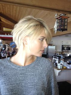first woman with short hair in history that I like, yes, only Maria Sharapova can pull it off