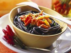 Schwarze Pasta mit feuriger Soße ist ein Rezept mit frischen Zutaten aus der Kategorie Fruchtgemüse. Probieren Sie dieses und weitere Rezepte von EAT SMARTER!