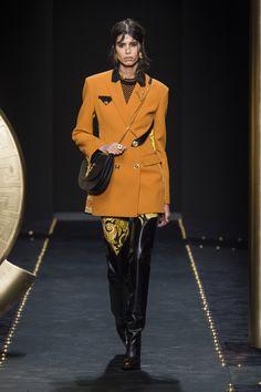 Versace Women FW19 Runway Fashion, High Fashion, Fashion Show, Womens Fashion, Fashion Bible, Gianni Versace, Clothes Horse, Couture Dresses, Fashion Details