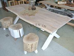 <p>Dezeprachtige eikenhouteettafel is gemaakt van een massieve plak eiken boomstam en geheel op maat te maken! Elke tafel is uniek omdat wij elke boomstamzelf uitzoeken bij onze houtleverancier en daar laten zagen en drogen. Doordat het onderstel strak is afgelakt past deze tafel in een landelijk maar ook in een modern interieur. De afmeting van de tafel op de foto is 220x100x76cm maar kan in vrijwel elke maat worden vervaardigd.</p>