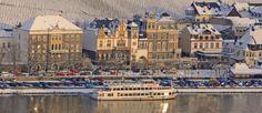 Schöne Winter Aussicht auf Bernkastel-Kues mit Schiff