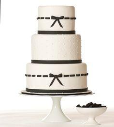 Wedding cake avec un simple liserait noir