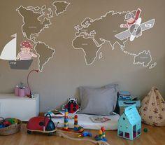 mapamundi en vinilo - Si quieres decorar una pared entera el mapamundi es una opción muy acertada, puesto que es un tema muy didáctico (y con larga vida). Esta opción se presenta con 2 niños: un pirata y un aviador. Está pensada para paredes entre 2,50 y 3,50m. Lo podemos hacer con los colores que mejor queden en vuestra habitación. También personalizamos los niños con nombres y si queréis nos comentais que países, ciudades, …