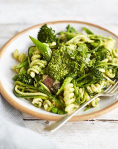 This pasta dish is packed with green goodness without lacking on flavour, thanks to a delicious, freshly-made basil pesto. Ready in a few simple steps Broccoli Pasta, Vegetable Pasta, Vegetable Dishes, Tenderstem Broccoli, Vegan Gains, Tasty Vegetarian Recipes, Cooking Instructions, Italian Dishes, Fusilli