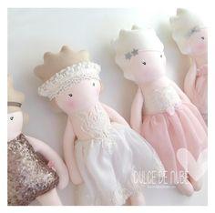 Me encanta verlas todas juntas 🤍  #dulcedenube #quedateencasa  #quedatacasa #stayathome #todosaldrabien #madebarcelona #dulcedenube #mamisdulce #dulcedenubeworld #princess #doll #kidstoys #muñecadetrapo #regalospersonalizados #handmade #hechoamano #puppe #barcelona #handcrafted #dollmaker #clothdoll #makermovement #ooakdoll #bebe Girls Dresses, Flower Girl Dresses, Cinderella, Barcelona, Disney Princess, Disney Characters, Wedding Dresses, Fashion, Hand Made