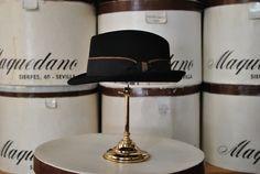 Mascota de lana con cinta fantasía, color negro. Woolen trilby hat with fancy ribbon, black colour.