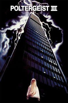 Carol Anne ha sido enviada a Chicago a vivir con sus tíos para protegerla del malvado revere...