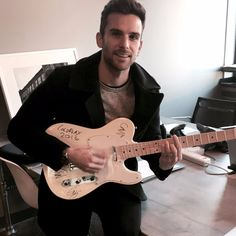 Guy with Coldplay's signed guitar for the Snap Foundation, bid here! Coldplay Concert, Coldplay Songs, Phil Harvey, Jonny Buckland, Chris Martin, Britpop, Cool Bands, Singer, Guys