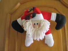 Quer deixar a entrada de sua casa com cara de Natal? Veja ,este fofo Papai Noel feito em tecido brim recheado com manta acrílica.Garanto que sua decoração vai ficar linda!!!