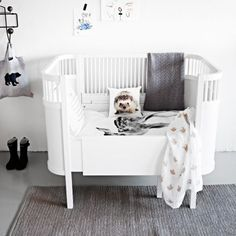 Let me start with the definition as usual : An infant bed (commonly referred to as a cot in British English, and in American English a crib) is a small bed specifically for infants and very young c… Nursery Room, Kids Bedroom, White Nursery, Monochrome Nursery, Themed Nursery, Room Kids, Nursery Themes, Boy Room, Deco Kids