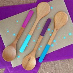 Easy DIY paint dipped spoons / Cucharas de madera pintadas facilísimas // casahaus.net