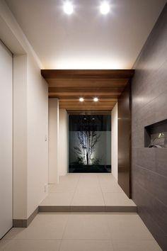 ホテルのスイートルームのような家・間取り(大阪府豊中市) |高級住宅・豪邸 | 注文住宅なら建築設計事務所 フリーダムアーキテクツデザイン Home Interior Design, Interior Architecture, Japanese Style House, Internal Courtyard, Property Design, Minimal Home, House Entrance, Ceiling Design, Ideal Home