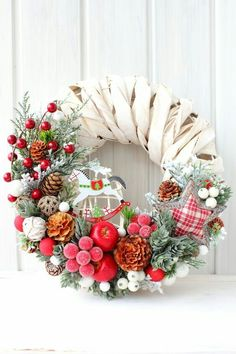 6 Creative Christmas Wreath Ideas That Will Beautify Your Day DIY Projects The Christmas wreath is the most popular Christmas decoration for those that enjoy taking their own personal style and personal flair to decorate thei. Christmas Projects, Christmas Crafts, Christmas Ornaments, Christmas Love, Christmas Holidays, Navidad Diy, Christmas Arrangements, Holiday Wreaths, Christmas Inspiration