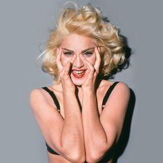 A passagem de Madonna pelo Brasil tá dando o que falar. A cantora que se tornou ícone de estilo nos anos 80 continua sendo inspiração para muitas mulheres com seu jeito de usar a moda, a música e as redes sociais para gerar reflexões e discussões! Que tal então relembrar algumas fases do estilo da diva?