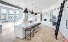 What Does the New Kylie Jenner House in Bel Air Look Like? Luxury Kitchen Design, Best Kitchen Designs, Luxury Kitchens, Cool Kitchens, Celebrity Kitchens, Celebrity Houses, Celebrity News, Kylie Jenner Casa, Kylie Jenner New House