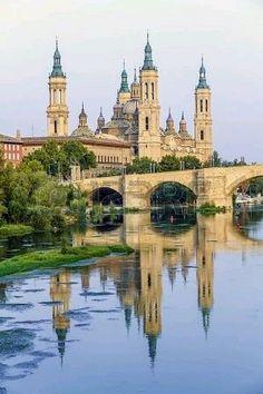 Vista desde el Puente de Piedra del río Ebro y la Basílica Catedral de Nuestra Señora del Pilar de Zaragoza España.