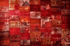 Origineel #Perzisch #Patchwork #tapijt #rood. Dit zijn tapijten die uit diverse stukken van #Perzische #kleden bestaan.