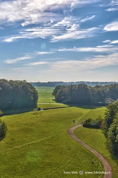 The Seringenberg, or Lilac Mountain, is part of Royal Estate De Horsten near Wassenaar. Though only a few dozen metres high, the view of the surrounding forests and grasslands is marvellous.