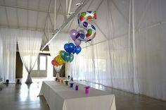 """Racimos de globos de helio , arco-iris en """"La hacienda"""" para cumpleaños infantil  www.multifiesta.com.uy"""