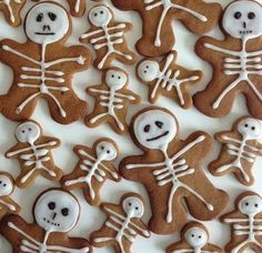 Gingerbread neednt be restricted to Christmas itll do just as well in Halloween! Total Bristol features these adorable little Gingerbread skeletons that look too good to eat! They also make great toppers for Halloween cupcakes. Halloween Desserts, Halloween Torte, Pasteles Halloween, Soirée Halloween, Hallowen Food, Halloween Goodies, Halloween Food For Party, Halloween Birthday, Halloween Cupcakes