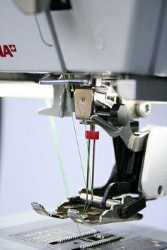 tip voor de draad van de tweelingdraad: linkse draad mag niet door het laatste haakje van de draadinrijgweg. (het haakje net boven je naald dus) Sewing Basics, Sewing For Beginners, Sewing Hacks, Sewing Tutorials, Sewing Crafts, Sewing Projects, Sewing Patterns, Serger Sewing, Sewing Tools