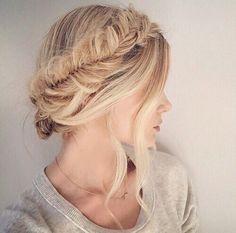 いつものヘアアレンジに飽きてきたという人は、後れ毛とゴールドピンをプラスしてみてください。これだけでこなれ感がアップ!いつもより可愛くなれちゃうんです♡ぜひ今日から取り入れてみて!
