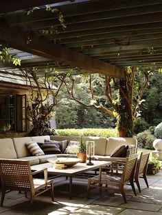 Une belle et grande terrasse à la campagne. Du confort, de la simplicité et des couleurs naturelles.