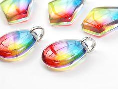 カラフル!虹色のペンダントと水面gif - レジンアクセサリー「Creative Scenes」
