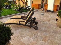 Travertin Terrassenplatten für eine Sonnenterasse im Mediterranen Stil.