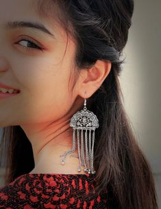 Make a perfect Indian diva look with the latest silver jewelry designs Cute Girl Poses, Cute Girl Photo, Girl Photo Poses, Portrait Photography Poses, Couple Photography Poses, Photography Camera, Photography Tips, Stylish Girls Photos, Stylish Girl Pic