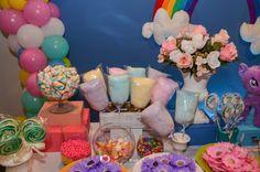 Decoração completa: festa unicórnio, arco-íris e nuvens - mesa, doces personalizados, painel, cores, balões desconstruídos e muitas luzes.