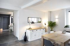Salle à manger blanche et bois dans une maison familiale rénovée par l'architecte d'intérieur Marion Lanoë.
