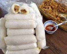 Indonesische Lemper met kip a la moi. Dit zijn rolletjes van kleefrijst, gevuld met een licht zoetige kipvulling. Ik vind …
