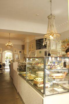 Immer wieder auf der Suche nach schönen Locations, gemütlichen Cafés und  empfehlenswerten Restaurants sind wir letztens auf Dale's Cake in der  Nerostraße gestoßen. Ein wunderschöner Laden mit super leckeren Cupcakes  und Kuchen, der alle genannten Kriterien miteinander vereint.  Besonders im