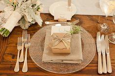 Dourado, linho, mesa sem toalha e uma caixinha que eu secretamente torço pra que contenha uns docinhos deliciosos (via Christina Kenny {Shutters on the Beach Wedding}» Erin Hearts Court)