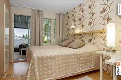 Beige bedroom with an interesting floral wallpaper / Beigen makuuhuonen mahtava kukkatapetti #makuuhuone #tapetti