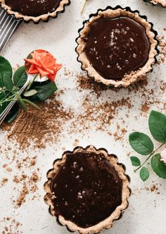 Salted Chocolate and Dulce de Leche Tarts Wafer Cookies, Ice Cream Cookies, Spice Cookies, Salted Chocolate, Chocolate Cherry, Melting Chocolate, Dessert Party, Mini Tart Pans, Delicious Desserts