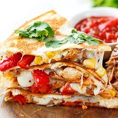 Dwa ciepłe - miękkie w środku i chrupiące z zewnątrz - placki tortilli, a między nimi kawałki soczystego kurczaka w aromatycznych przyprawach, ciągnący ser i pyszne warzywa. Wiem, że mielibyście ochotę na coś takiego ;-) Nic prostszego, quesadilla to danie w zasięgu każdego z nas, do którego nie potrzeba ani żadnych nietypowych składników ani specjalnych umiejętności :-) Quick Recipes, Vegan Recipes, Cooking Recipes, Mexican Food Recipes, Dinner Recipes, Ethnic Recipes, Quesadilla, Salty Foods, Fast Dinners