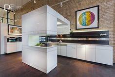 La línea ARTESIO+ de Poggenpohl propone una cocina integrada con el hogar y sin ataduras. Lo más llamativo es su arco que le da un toque fresco y expresivo al diseño, ademas es completamente funcional, pues allí guarda un sistema de audio y un extractor de aire.  Conoce más en www.p-a.com.co
