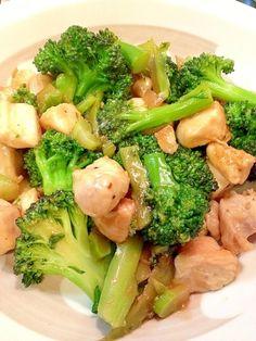 楽天が運営する楽天レシピ。ユーザーさんが投稿した「速攻晩御飯♪鶏肉とブロッコリーのオイスター炒め」のレシピページです。オイスターとブロッコリー、合います♪ご飯が進みます♪ブロッコリーが沢山食べられちゃいます♪。胸肉とブロッコリーのオイスター炒め。胸肉,ブロッコリー,サラダ油,☆オイスターソース,☆醤油,塩,胡椒,片栗粉 Lunch Time, Lunch Box, Cooking Recipes, Healthy Recipes, Junk Food, Japanese Food, Love Food, Broccoli, Food Porn