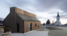 In Chimney House Dekleva Gregoric architects respected the rules of local architecture opting in favor of the prevailing gabled roof type of the houses and respecting volumetric and material parameters #wooden #façade