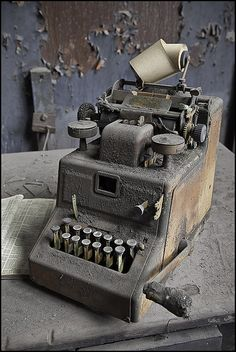 awesome old typewriter Old Abandoned Buildings, Abandoned Mansions, Abandoned Places, Vintage Antiques, Vintage Items, Retro, Time Stood Still, Vintage Typewriters, Alter