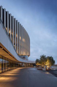 Royal Arena features an undulating wooden facade - Facade lighting - Fachadas High Building, Building Facade, Building Design, Facade Architecture, Concept Architecture, Contemporary Architecture, Theater Architecture, Amazing Architecture, Facade Design